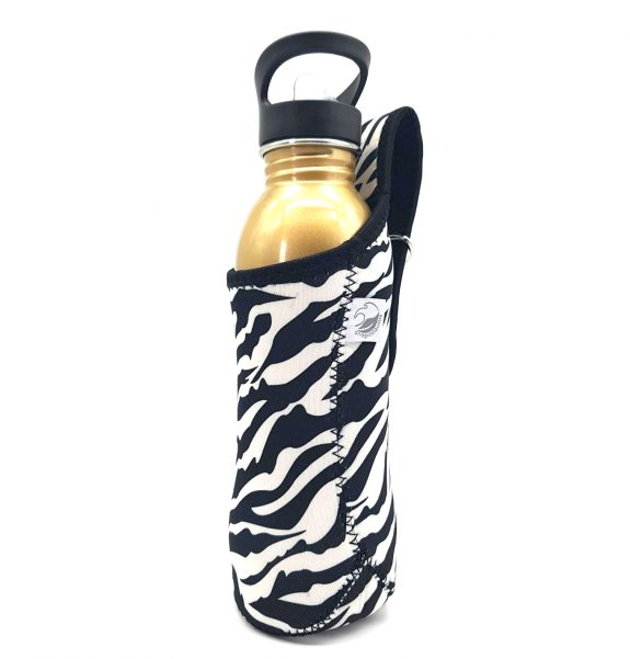 NEW 800ml neoprene jacket in Bold Zebra design. Jacket has a sturdy carrier to loop around your wrist or hang on your handlebars and a built in D-ring for if you wish to clip it. This size fits our 800ml Tough canteens, 750ml Curvy bottles Machine washable on handwash cycle.
